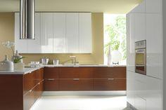 cuisine blanche et bois : idée d'aménagement avec meubles en bois