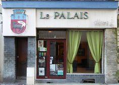Des signes sur les murs: Hotel Le Palais.