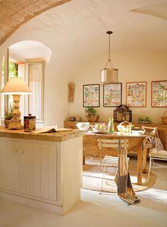 cocina de obra en casa de pueblo, mesa con alas de Antic Rocamora.