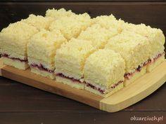 Lekkie i puszyste ciasto przekładane masą kokosową z dodatkiem kajzerek i dżemem porzeczkowym, znakomicie sprawdzi się na specjalne okazje