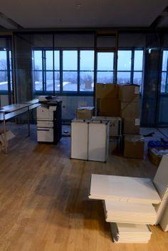 Netural in der Tabakfabrik Linz: erstmals abendliche Stimmung in den neuen Räumen. Desk, Furniture, Home Decor, Linz, Mood, Desktop, Decoration Home, Room Decor, Table Desk