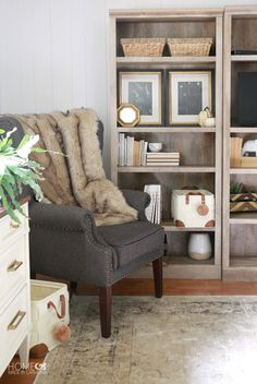 Snuggle up warm with fuzzy blankets, warm colors and pumpkins... it's time for a dose of fall decorating inspiration!