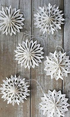 DIY Inspiration for Winter Decor: snowflake decor for the festivities. Also nice after Christmas + DIY-Inspiration für Winter Decor: snowflake decor for th Diy Christmas Snowflakes, Noel Christmas, Snowflake Garland, Christmas Fireplace, Christmas Quotes, Cheap Christmas, Origami Christmas Star, Christmas Budget, Snowflake Party