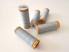 Bobine de fil GÜTERMANN • 100% coton • 100 m • Coloris Gris Galet référence 7307 • Fil résistant, de haute qualité, adapté pour la couture à la main ou bien à la machine, couleur soyeuse • 2,90 €