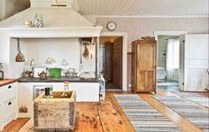 Keltainen talo rannalla: Maalaistyyliä ja vintagea