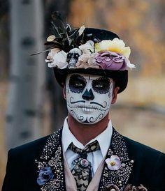 41 Beautiful & Colorful Sugar Skull Halloween Make Sugar Skull Halloween, Halloween Makeup Skull, Makeup Clown, Sugar Skull Costume, Dead Makeup, Sugar Skull Makeup, Male Makeup, Halloween Makeup Looks, Makeup Man