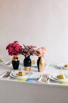 14 DIY Gold Painted Vases for an Elegant Decoration - Hello Lidy Gold Vase Centerpieces, Gold Vases, Wedding Table Centerpieces, White Vases, Vases Decor, Wedding Decorations, Blue Vases, Centerpiece Ideas, Pots