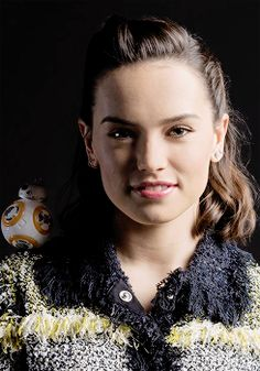 Daisy Ridley with mini Daisy Ridley Hot, Anthony Daniels, Star Wars Sequel Trilogy, Star Wars Light, Princess Daisy, Rey Star Wars, Carrie Fisher, English Actresses, Actresses