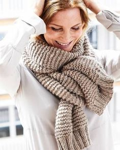 Knit scarf: Beautiful knitting patterns that succeed everyone - Schal - Stricken Chunky Knit Scarves, Knitted Shawls, Crochet Scarves, Knit Crochet, Chunky Knitting Patterns, Knitting Yarn, Knitting For Beginners, Wool Scarf, Groomsmen