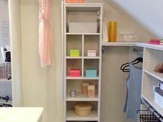 meuble sous comble, penderie ouverte et colonne de rangement accessoires, idée de dressing femme stylé