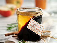 Tipp: Man kann das Glas beim Abk�hlen des Holundergelees auch leicht schr�g stellen. So ergibt sich beim Einf�llen des Apfelgelees ein sch�nes Muster.