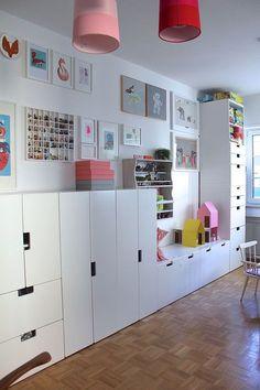 Ich strukturiere das Zimmer unserer Kinder gerade etwas um, so dass die beiden jeder so seine Bereiche haben. Gar nicht so einfach und der Sohnemann leidet etwas unter den Mädchentönen, deswegen muss hier etwas Farbveränderung her. Bin gerade drüber, aber so sieht's derzeit aus und funktioniert auch für beide noch gut! Das Zimmer ist das knalligste in der Wohnung und manchmal finde ich`s zu knallig?!?!