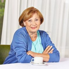 Sourire citoyenne g assis la table du caf dans la maison de retraite Banque d'images