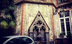 Jardin secret dans la cour du 41 rue Pharaon (gâché par la )... #Toulouse #ByToulouse #visitezToulouse #igerstoulouse #tourismemidipy #mahautegaronne #patrimoine #gothique #jardinsecret #palmier #instacour #architecture #architectureporn #instarchitecture