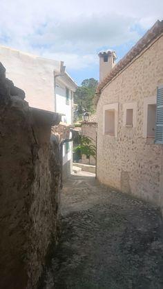 Gasse im Ort  Orient auf Mallorca.