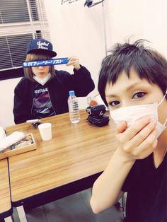 """Ami+Onuki+&+Yumi+Yoshimura+:+¡Hola+de+nuevo!+Mucho+no+me+gusta+esta+foto+que+digamos.  """"¡Gracias,+Kashima,+Ibaraki!+Otra+noche+de+diversión""""+decía+en+el+Twitter+de+Yumi-chan.+""""El+próximo+es+el+1º+de+octubre,+en+Yao,+Osaka.+¡Los+esperamos!+De+Yumi+Yoshimura+y...""""+Mucho+no+convence+la+traducción+del+inglés+de+una+página+de+Facebook.+Porque+figura+""""Cecil+Toyama"""",+lo+busqué+y+lo+primero+que+..."""