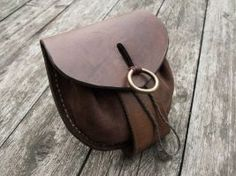 Belt bag for mercenary by Svetliy-Sudar. I like this closure. Lots of applications could use this.