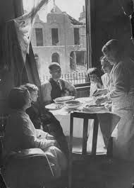 A Kensington Family having tea during the Blitz East End London, The Blitz, London Pictures, Rare Images, London Life, Women In History, Photojournalism, World War Two, Britain
