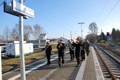 Bereits am Freitag, 13.12., wurde während einer Pressefahrt mit geladenen Gästen die Strecke eröffnet. Sie wurden von der Piccolo Dixieland Band am neuen Bahnhof in Heinsberg begrüßt.