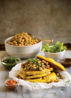 These soft, tumeric-tinted fried breads, served with curried chickpeas, are a Caribbean staple especially in Trinidad and Tobago. Clean Recipes, Lunch Recipes, Cooking Recipes, Vegetarian Dinners, Vegetarian Recipes, Tamarind Sauce, Indian Food Recipes, Ethnic Recipes, Vegetarische Rezepte