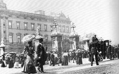 Buckingham Palace by Leonard Bentley, before The facade is still Edward Blore's original, and the sidewalks before the fence are thronged. Victorian London, Vintage London, Old London, Palais De Buckingham, Buckingham Palace London, Victoria Queen Of England, British Isles, British Army, British Royals
