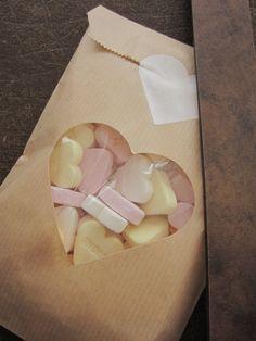 Kraft paper bags with a heart window. Perfect for making party favors! Kraft papieren zakjes met hart venster en cardstock papier voor extra stevigheid set van 20 --- Voor je bruiloft of verjaardagsfeest. €9,95, via Etsy.