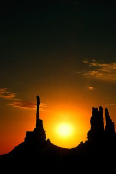 Monument Valley Utha, USA A Navajo Spirit Tour and sunrise at Totem Poles Beautiful World, Beautiful Places, Sunset Silhouette, Silhouette Photography, Photos Voyages, Beautiful Sunrise, Belleza Natural, Amazing Nature, Beautiful Landscapes