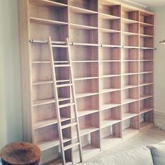 Platsbyggd bokhylla i massiv björk med biblioteksstege. #platsbyggdbokhylla #bokhylla #bookshelf #björk #stege