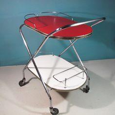 #vintage #deco #fifties #sixties #rockabilly #scandinavian #spaceage #decoracion #interiorismo #antiques #zamora en chachiandchachi chachiandchachi-camarera carrito cocina vintage antiguo roja