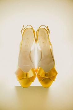 Chaussures de mariée jaunes à noeud - Crédit Photo: Lara Hotz - Chaussures: BHLDN - La Fiancée du Panda blog Mariage et Lifestyle