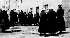 Ouessant : Femmes attendant le courrier de leurs maris marins à la poste de Lampaul en 1898   http://gallica.bnf.fr/ark:/12148/bpt6k55425865/f5.image.r=Ouessant.langFR CC-BY-SA-Moreau Henri http://commons.wikimedia.org/wiki/File:La_poste_%C3%A0_Lampaul.jpg