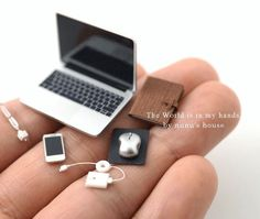 Miniatur-Laptop-Computer - Miniatur-PC - - P. Miniature Crafts, Miniature Dolls, Miniature Tutorials, Miniature Houses, Miniature Food, Diy Dollhouse, Dollhouse Miniatures, Modern Dollhouse, Victorian Dollhouse