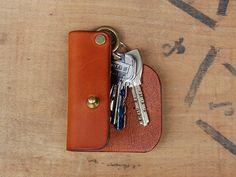 持ち感の良いスリムなサイズ。手に持った時にかさばらずにしっくりときます。リングに鍵を付ける形で、4本は収める事が出来ます。持ちやすく・使いやすいキーケースです。