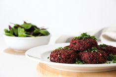 RECEPT: Řepné burgery s quinoou - BezHladovění.cz Vegan Gluten Free, Quinoa, Hamburger, Strawberry, Fruit, Ethnic Recipes, Food, Fitness, Essen