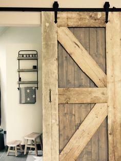 Schuifdeur van hout Barn Door Sliders, Parisian Chic Style, Old Wooden Doors, Types Of Doors, Bohemian Living, Windows And Doors, Vintage Shops, Ladder Decor, New Homes