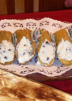 Traditional and easy Italian Cannoli Recipe (Italian Christmas Bake) Italian Christmas Cookies, Italian Cookies, Christmas Desserts, Italian Christmas Traditions, Italian Traditions, Christmas Drinks, Christmas Eve, Italian Pastries, Italian Desserts