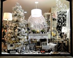 Decoración navideña. Plata, brillos, nieve, arbol navidad, coronas, guirnaldas. .. Christmas decoration. Silver, glitter, snow, christmas tree, wreaths, garlands...