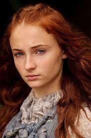 Sansa Stark - fille de Nedd Stark, promise de Joffrey avant de se réfugier dans le Val chez sa tante Lysa Arryn, aidée par Littlefinger alias Petyr Belish.