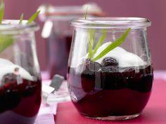 Fruchtig-süßes Dessert mit herber Note! Der perfekte Mix! Ein köstliches Kirschkompott - mit Joghurtsahne - smarter - Kalorien: 313 Kcal - Zeit: 30 Min. | eatsmarter.de