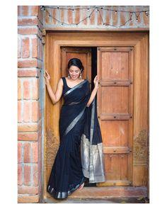 Indian Fashion Dresses, Dress Indian Style, Indian Look, Cotton Saree Designs, Saree Blouse Designs, Stylish Sarees, Stylish Dresses, Sarees For Girls, Saree Poses