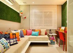 """As arquitetas Dolores Mafarelli e Juliana Buomgiovani usaram uma faixa de grama sintética para tornar única a parede deste quarto infantil. O acessório pode ser usado para fixar fotos e recados. Outro detalhe: o """"lambri"""" é, na verdade, feito com placas Eu (Foto: Divulgação)"""