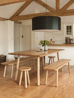 simple rustic benches and hugely decadent drum lampshade! Amei, linda.