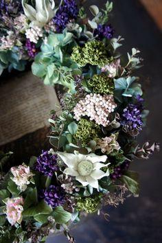 新作アップしました。 : シベリアケヱキのこんな一日 Floral Wreath, Wreaths, Flowers, Home Decor, Flower Crowns, Door Wreaths, Deco Mesh Wreaths, Interior Design, Royal Icing Flowers