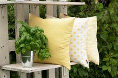 Vankúšiky v bielo-žltej kombinácii z kolekcie Ashley.  #vakuse#obliecka#vakus#gulicky#zahrada#terasa Throw Pillows, Bed, Fabric, Home, Tejido, Toss Pillows, Tela, Cushions, Stream Bed