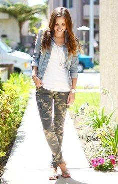 Tenue  Veste en jean bleu clair, Débardeur blanc, Pantalon cargo camouflage  olive, d91b7b9f7b9d