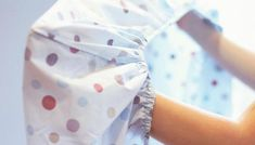 Learn how to fold fitted sheets with these step-by-step instructions from HGTV. Diy Vestidos, Folding Fitted Sheets, Smelly Towels, Creative Beds, Sewing Class, Diy Pillows, Step By Step Instructions, Getting Organized, Housekeeping