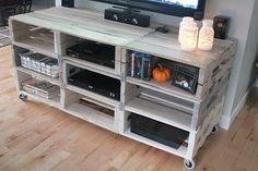 Meuble TV en palette DIY sur roulettes  http://www.homelisty.com/meuble-en-palette/