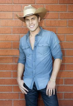 Love this pic of Dustin Lynch!! Lookin good! The shirt he's wearing in the pic looks like a lighter version of the one he wore tonight
