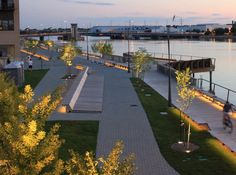 The CityDeck / Stoss Landscape Urbanism - The CityDeck is the heart of a multi-phase redevelopment project along Green Bay's Fox River. The project aims to allow for significantly increased access to the river and to diversify social and ecological life along it. It was designed by Boston landscape architects Stoss Landscape Urbanism...
