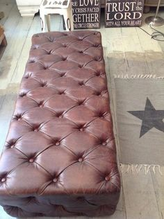 Puff de cuero envejecido - vilmupa Leather Living Room Furniture, Country Furniture, Tufted Chair, Sofa, Bench Stool, Ottomans, Home Decor Accessories, Rooms, Peace